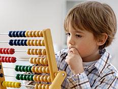 ילד מחונן פותר תרגילים באמצעות חשבוניה