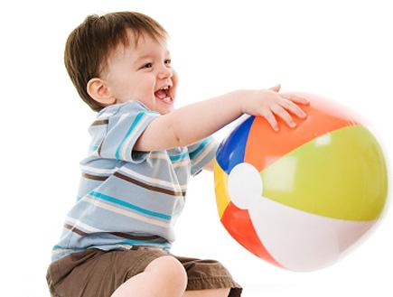 ילד משחק עם כדור ים (צילום: RichHobson, Istock)