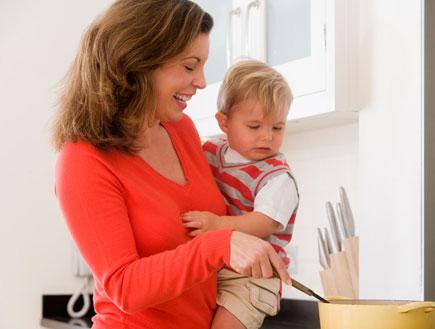 מטפלת עם תינוק (צילום: jupiter images)