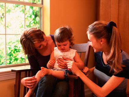 אמא, מטפלת ותינוקת (צילום: jupiter images)