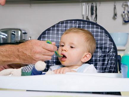 תינוק אוכל (צילום: jupiter images)