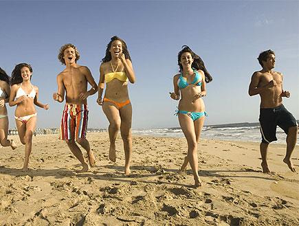נערות רצות על חוף הים (צילום: jupiter images)
