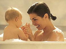 אמבטיה לתינוק ולאם (צילום: jupiter images)