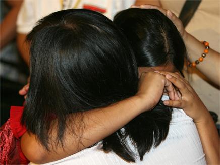 אשה פיליפינית בוכה (צילום: אור גץ, רויטרס)