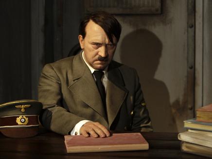 פסל השעווה של היטלר במוזיאון בברלין (צילום: עדי רם, רויטרס)