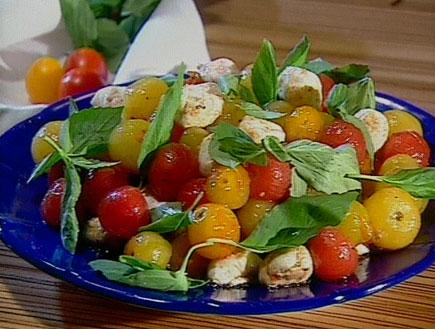 סלט שרי תמר בחומץ בלסמי, שמן זית ומוצרלה (תמונת AVI: אהרוני מבשל לחברים4)