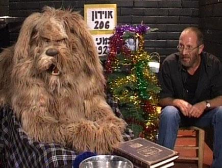 """הכלב ומישה עם ספרי תנ""""ך על השולחן (צילום: mako)"""