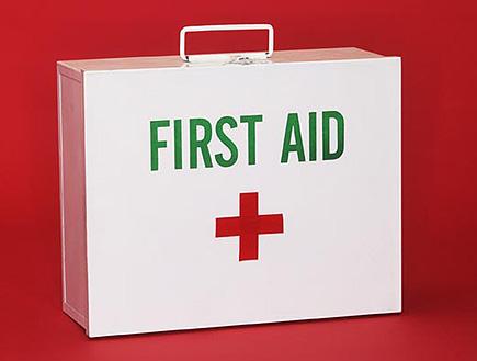 סדנת החייאה לתינוקות - תיק עזרה ראשונה (צילום: עדי רם, jupiter images)