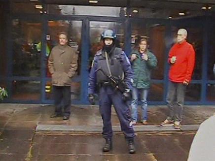 שוטר בבית ספר בפינלנד (צילום: חדשות)