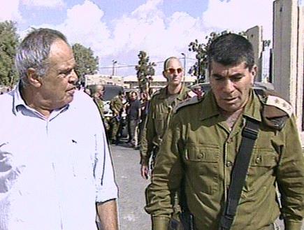 """הרמטכ""""ל גבי אשכנזי עם רוני דניאל (תמונת AVI: חדשות)"""