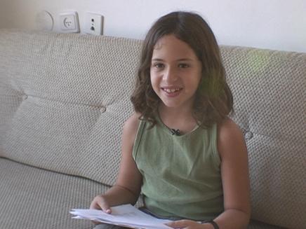 ילד יושב על ספה עם דפים ביד (צילום: ארכיון)