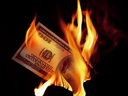 כסף נישרף (צילום: sbayram, Istock)
