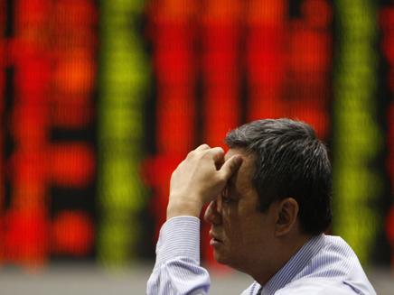 סוחר בבורסה בפיליפינים (צילום: חדשות)