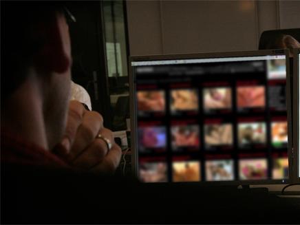 גבר מסתכל במסך מחשב (צילום: רויטרס)