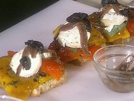 ברוסקטות עם פלפלים קלויים, גבינת צאן, אנשובי וזיתי2159 (תמונת AVI: שיעור פרטי עם אהרוני)