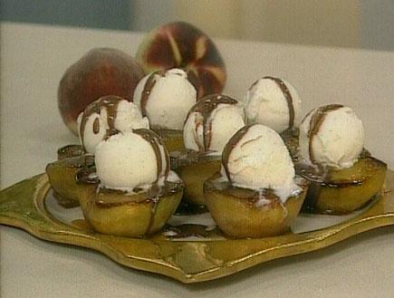 אפרסקים בקראמל עם גלידת וניל ברוטב שוקולד2596 (תמונת AVI: שיעור פרטי עם אהרוני)