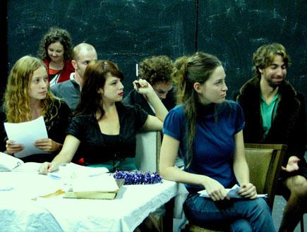 שחקני ההצגה הבימה (צילום: mako)