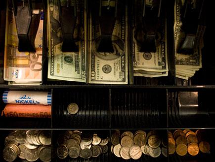 דולרים ואירו בקופה (צילום: Annie Tritt, GettyImages IL)