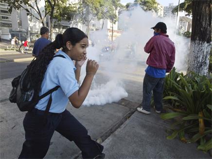 ילדים בורחים מגז מדמיע (צילום: חדשות)