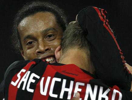 שבצ'נקו ורונאלדיניו מתחבקים (צילום: רויטרס)