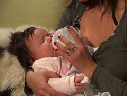 האכלת תינוק (צילום: mako)