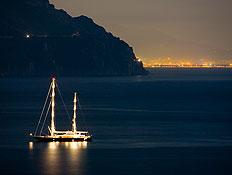 טיול בתל אביב: סירה בים בלילה (צילום: jupiter images)