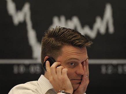 הבורסה בפרנקפורט, ברוקר מגיב למצב (צילום: חדשות)
