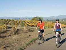 טיולים בצפון: גבר ואישה רוכבים על אופניים (צילום: jupiter images)