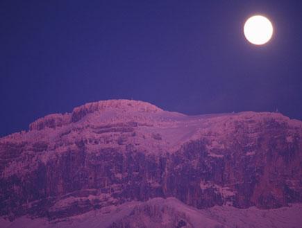 הר וירח בלילה (צילום: jupiter images)