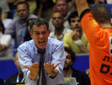 אפי בירנבוים צועק על שופט (צילום: עודד קרני)