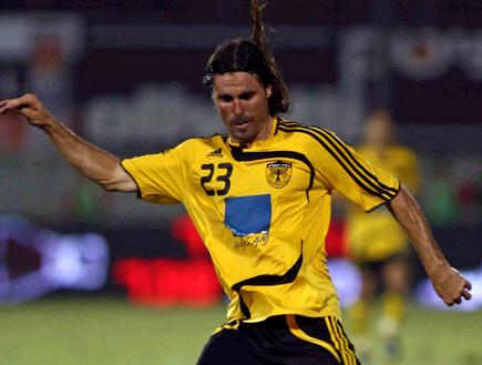 דריו פרננדס עם הכדור (צילום: עודד קרני)