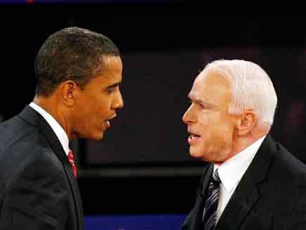 מקיין ואובמה משוחחים בעת העימות בהמפסטד (צילום: רויטרס | חדשות 2)