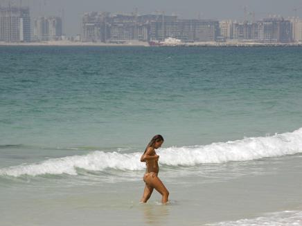 תיירת על חוף בדובאי (צילום: רויטרס1)