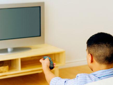 אדם צופה בטלויזיה (צילום: Jack Hollingsworth, GettyImages IL)