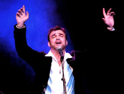 דוד דאור ידיים באויר (צילום: טל פרי)