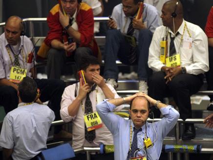 ברוקרים מיואשים עקב נפילת הבורסה (צילום: רויטרס)