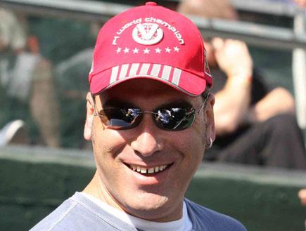 אלי אילדיס בכובע (צילום: עודד קרני)