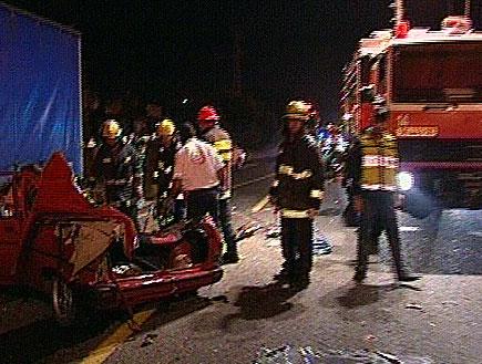 3 צעירים נהרגו כשמכוניתם התנגשה במשאית שחנתה בצד הכביש (תמונת AVI: חדשות)