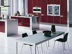 מטבח בעיצוב חדשני בורדו עם הרבה זכוכית