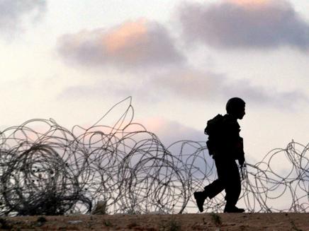 """חייל צה""""ל בעזה (צילום: רויטרס)"""