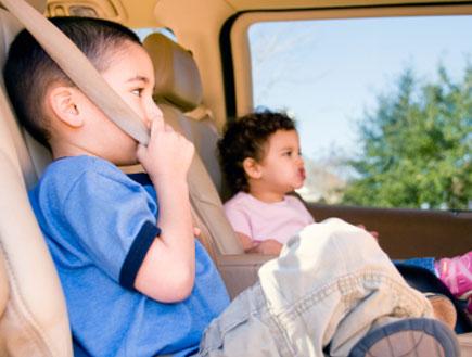 ילדים חגורים ברכב