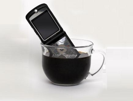 טלפון בכוס קפה (צילום: istockphoto)