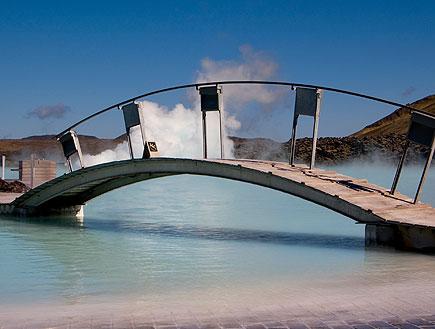 נקודה חמה עם גשר באיסלנד (צילום: icelandr, Istock)