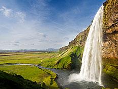 מפל ואדמה באיסלנד