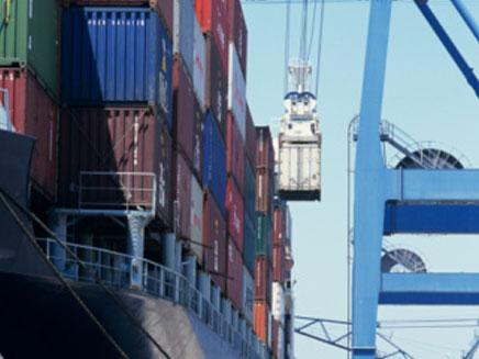 מטעינים סחורה על אניית משא (צילום: Getty Images, GettyImages IL)