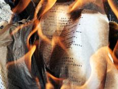 מסמך עולה באש (צילום: Zoonar RF, Istock)