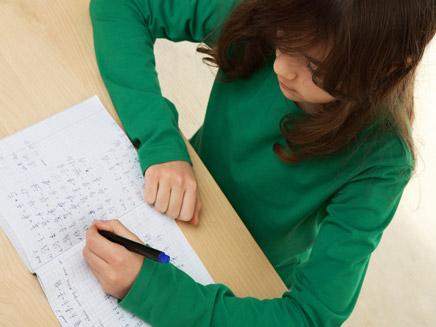 אילוסטרציה של תלמיד לומד לבחינה (צילום: ShutterStock)