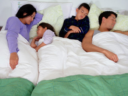 שינה משותפת עם הילדים (צילום: Ryan McVay, GettyImages IL)