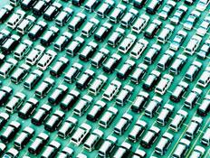 הרבה מכוניות במגרש (צילום: Ryan McVay, GettyImages IL)
