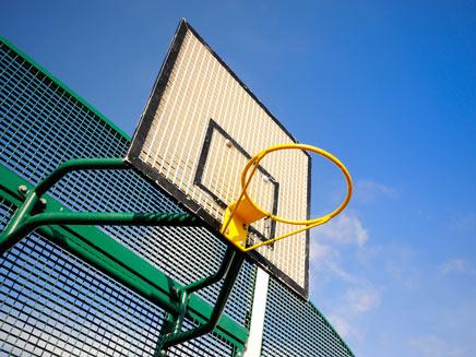נער התמודד במשחק כדורסל. צילום המחשה (צילום: SutterStock)